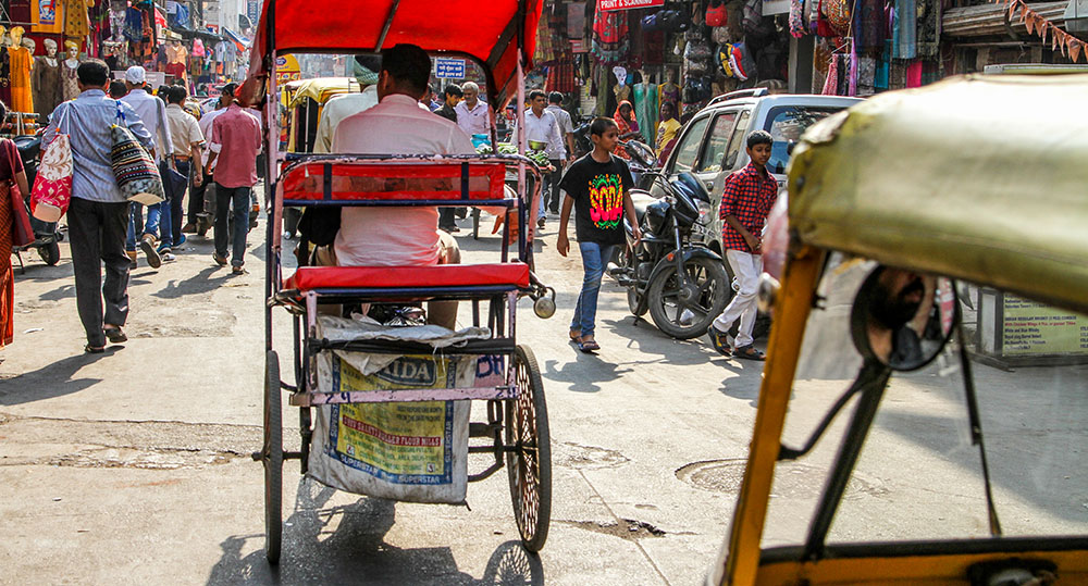 tuk-tuks in india widing in and out of the busy streets